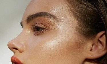 Summer Glow: The 4 Best Highlighter Products for Strobing